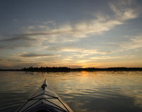 Kajak på solnedgången Arkivfoto