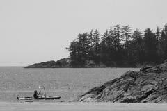 Kajak Paddling połów Pływa statkiem morze zdjęcia stock