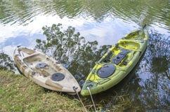 Kajak pesquero del solo asiento dos en el río Imagen de archivo libre de regalías