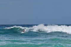 Kajak que practica surf la onda enorme en Cape Town Suráfrica fotografía de archivo libre de regalías