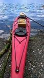 Kajak rojo en el agua Fotografía de archivo