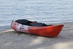 Kajak rosso sulla spiaggia Fotografia Stock Libera da Diritti