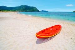 Kajak rosso sulla spiaggia di sabbia Fotografie Stock Libere da Diritti