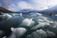 Kajak solo nel lago di gelo del ghiacciaio Immagini Stock Libere da Diritti