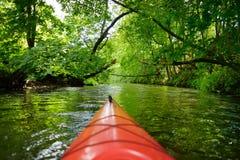 Kajak som paddlar på floden royaltyfri fotografi