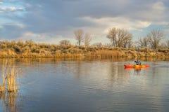 Kajak som paddlar på sjön i tidig vår Arkivbilder