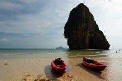 Kajak sulla spiaggia Spiaggia di Railay Krabi thailand fotografia stock