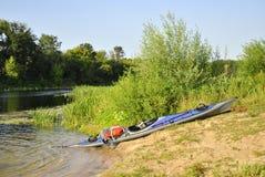 Kajak sulla sponda del fiume Fotografia Stock Libera da Diritti