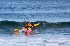 Kajak surfer in actie Royalty-vrije Stock Afbeeldingen