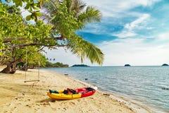 Kajak am tropischen Strand lizenzfreie stockfotos
