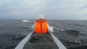 Kajak turístico del rowing en el lago almacen de metraje de vídeo