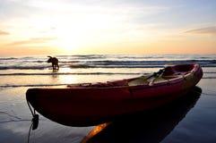 Kajak und Hund mit Sonnenuntergang stockfoto