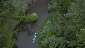 Kajak unosi się wzdłuż rzeki zbiory