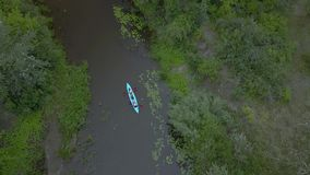 Kajak unosi się wzdłuż rzeki zbiory wideo