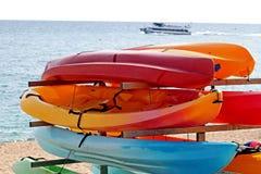 Kajak variopinti per affitto sulla spiaggia Immagini Stock