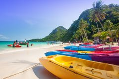 Kajak variopinto del mare sulla spiaggia di sabbia bianca Turisti, blu di turchese Immagine Stock Libera da Diritti