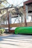 Kajak verde in lago Fuoco selettivo Fotografia Stock