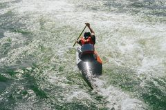 Kajak Versuchsfighting gegen den Strom Lizenzfreie Stockfotografie