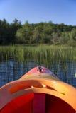 Kajak voordieeind in riet in rivier wordt geleid Royalty-vrije Stock Foto