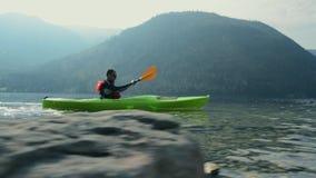 Kajak wycieczka turysyczna na scenicznym jeziorze zbiory wideo