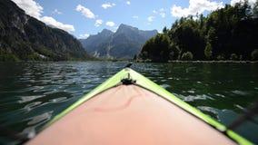 Kajak wycieczka turysyczna na scenicznym jeziorze w Austria zdjęcie wideo