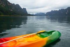 Kajakboot in het meer Stock Foto's