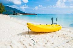 Kajakbootstätigkeit und weißer Sandwüstekristall Lizenzfreie Stockfotografie