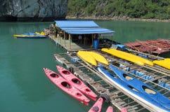 Kajaker för turister i havet i mummel skäller länge, nära ön av Cat Ba, Vietnam Fotografering för Bildbyråer