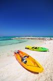 Kajaker och den härliga stranden Royaltyfri Bild