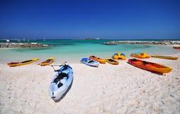 Kajaker och den härliga stranden Royaltyfri Fotografi
