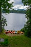 Kajaker och en kanot vid den indiska sjön i upstate NY (USA) arkivbild