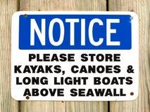 Kajaker och kanoter märker tecknet på Northport Maine arkivfoto