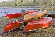 Kajaker och kanoter på lagringskuggar royaltyfri bild