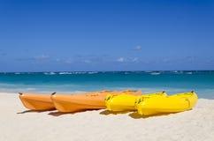 Kajaker på den härliga sandiga stranden Arkivfoton