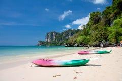 Kajaker på den tropiska stranden Arkivbild