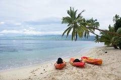 Kajaker på den tropiska stranden Royaltyfri Fotografi