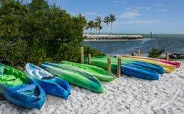 Kajaker på en Florida strand arkivbilder