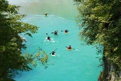 Kajaker på floden Soca Arkivfoton