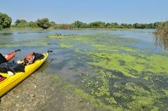 Kajaker på flodstrand Royaltyfri Foto