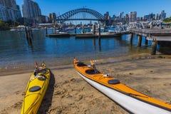 Kajaker satt på land lavendelfjärd Sydney Royaltyfria Bilder