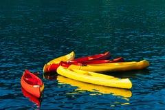 Kajaker som förtöjas i vattnet Tomma kajaker utan folk eps-mappen grupperas varje beståndsdel separat Arkivbild