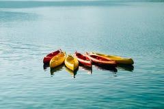 Kajaker som förtöjas i vattnet Tomma kajaker utan folk eps-mappen grupperas varje beståndsdel separat Royaltyfri Bild
