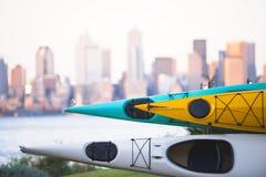 Kajaker som staplas på kuggen på bakgrund av det Seattle centret Royaltyfri Fotografi