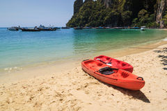 Kajakfartyg på stranden, Krabi Thailand Royaltyfri Bild