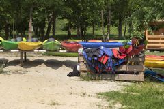 Kajakhuur De gekleurde die kajaks op rekken worden geplaatst zijn op het strand Kapok en peddels in een houten container wordt ge royalty-vrije stock foto