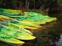 Kajaki i czółna na brzeg rzekim zdjęcie stock