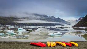 Kajaki i glacjalny jezioro w zimnych górach, Iceland Zdjęcie Royalty Free