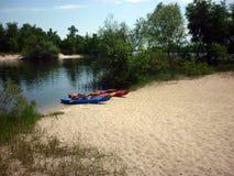 Kajaki na brzeg rzekach Zdjęcia Royalty Free