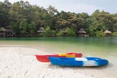 Kajaki na piaskowatej plaży, koh kood wyspa Fotografia Stock