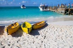 Kajaki na plaży Zdjęcia Stock